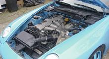 Spåren efter reparationen av krockskadan syns tydligast i motorrummet.