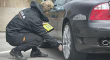 Vi kontrollerar inte bara däcktrycket, även hjulinställningarna mäts före varje test.