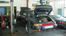 Som en kossa i bärsele. Porschen hängde föga elegant i Boschverkstadens lyft och längtade tillbaka till markkänning igen. Det gjorde vi också.