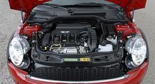 Motorn är helt nyutvecklad och har Valvetronic, direktinsprutning och turbo med twin-scroll-teknik. Strålkastarna sitter inte längre fast i huven.