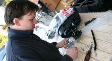 Kompisen Johan bygger om Roverlamporna för högertrafik.