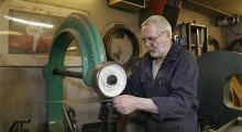 Engelska hjulet ger plåten exakt rätt välvning - för den som vet hur man gör.