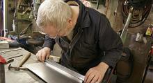 Plåthammaren på Bengts arbetsbord har räddat mängder av bilar undan rostdöden. Med linjalen får han en uppfattning om dubbelkurvaturen.