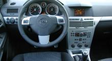 Greppig ratt med bra rullreglage för ljudanläggningen men varför har Opel skippat temperaturmätare?