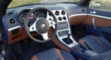 Grundlayouten är den samma som i Alfa 159, den här färgsättningen gör det hela verkligen smakligt.