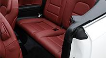 Två vuxna får skaplig plats i baksätet. Röd läderklädsel stämmer väl med bilens inriktning som boulevardracer.