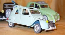 Detaljstudie av Tintin-bilarna, närmare bestämt Dupontarnas krockade Citroën 2CV.