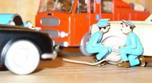 Ytterligare detaljer på Tintin-modellerna. Jaguar till vänster, Dennis brandbil i bakgrunden och Dupontarna som fyller luft i en Studebaker.