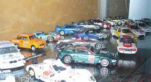 En hylla med racingbilar i skala 1:43. Salig blandning med bland annat Nissan Skyline, Trabant, BTCC-tilbar, Aston Martin DB7 och Stefan Johanssons Le Mans-vinnaren från 1997.