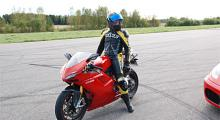 Ajajaj, det bultar å det bankar. Ducati 1098 S ger ingen lugn stund. Och det gillar vi.
