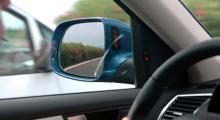 Ingen ny bil lanseras utan möjlighet till döda-vinkel-varning. I Audi Q5 sker den med röda små lampor.