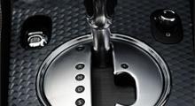 Sexväxlad automat är standard. Kan givetvis växlas manuellt med växelväljaren eller från ratten. Stötdämparnas inställning kan förstås varieras, men som så ofta tröttnar man snart och åker normalt i Normallägen.