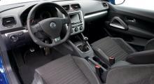 Inredningen ser ut nästan exakt som i VW:s plåtcabriolet Eos. Men dörrsidorna är nya.