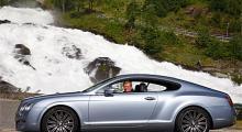 Artikelförfattaren förefattar sig vara nöjd med sitt förehavande. Att färdas bakom ratten i tre raska vagnar runt Norges finaste väg får kollegorna att bli blåa av avund.