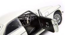 Faktum är att denna bil inte står den dyra CMC-modellen (Mercedes W196) särskilt mycket efter, trots en tredjedel av priset.