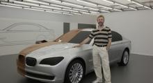 Lermodellen väger drygt två ton och kostar mer än en riktig 7-serie. Med lackeringstejpens hjälp kan man få en uppfattning om hur omgivningen speglar sig. BMW:s designchef Chris Bangle ser påtagligt nöjd ut.