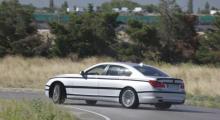 Bakhjulsstyrningens återkomst. Nya 7-seriens medstyrningsfunktion på bakhjulen går tillbaka till 80-talet utan att kalla sig ws. Den nya bakvagnsupphängningen är stöpt i aluminium.