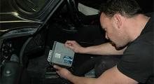 Anders lirkar loss Porschens motorstyrbox.