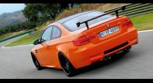 Den enda tillgängliga kulören är väldigt orange. Den ställbara vingen är lånad från WTCC-bilen 320si. Karossmässigt är förändringarna små.