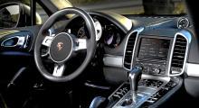 Föramiljön, med klara drag av stilen i Panamera, är ett väsentligt lyft i nya generationens Porsche Cayenne. Bland de fem instrument-rundlarna finns dels en utmärkt navigatorskärm, dels en laddningsmätare. På displayen kan man se hybriddriftens arbetssätt.