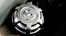 Ingen vanlig 710. Oljepåfyllningslocket är utfört i vad som förefaller vara ett aluminiumsmide.
