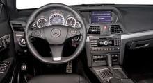 En rymlig förarmiljö utan en enda konstighet i handhavandet. När det gäller finish och tjockmaterial känsla är Mercedes-Benz tillbaka i gammal god form.