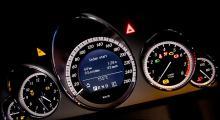 Stor klocka, eleganta instrument. Färddatorn visas i hastighetsmätaren, sköts enkelt som i alla Mercedes-Benz.