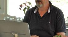Här sitter Kjell som vanligt vid datorn och jobbar, klurande på en formulering - och blir rufsig i håret.