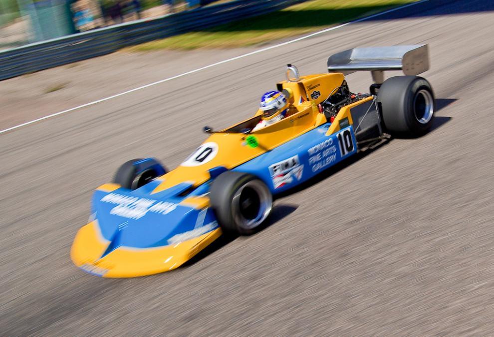 Lill-Lövis sätter nytt banrekord på Anderstorp i Ronnie Petersons gamla March. Rekordet är numera slaget igen av en modernare F1-bil.