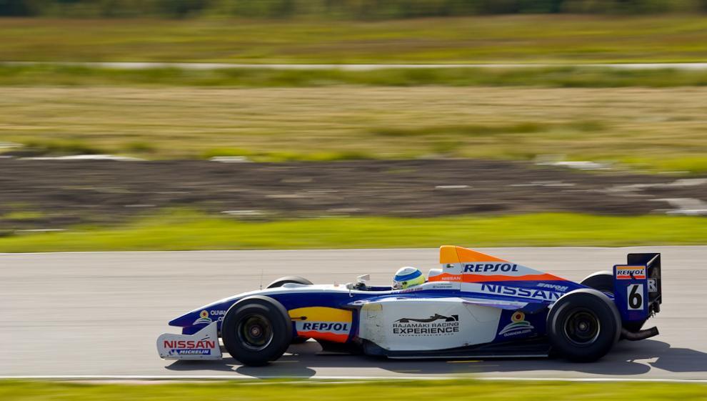 Den här gamla Nissanracern har en gång körts av Heikki Kovalainen.