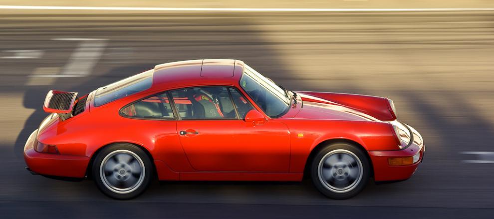 Läckert eftermiddagsljus över en Porsche 911 på Anderstorp.