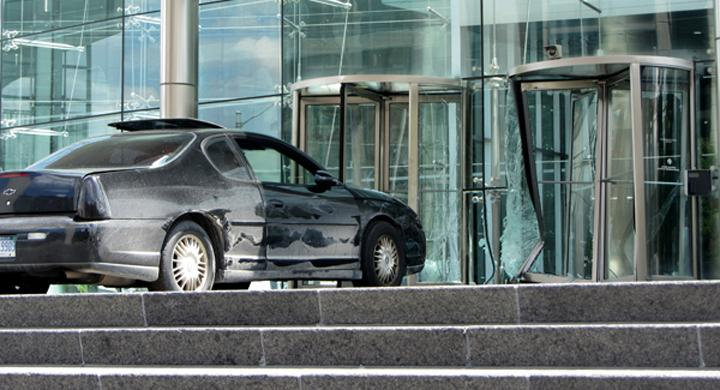 Man rammade General Motors kontor
